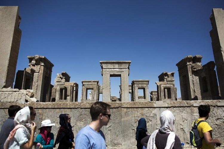 گردشگران خارجی در کاخ تچر تخت جمشید