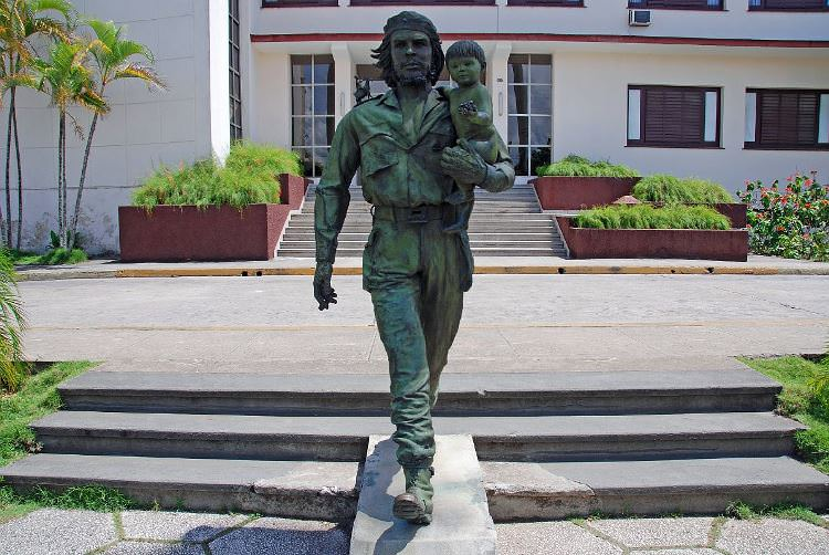 31 Cuba - Santa Clara - Bronze Statue of Che Guevarra and the Child of the Revolution by Spanish Sculptor Casto Solano Marroyo