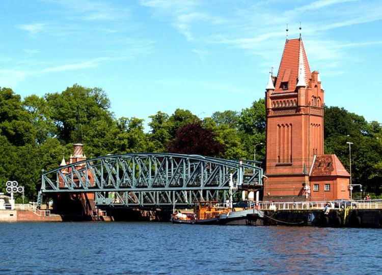 640px-Germany_Luebeck_Burgtor_with_bridge