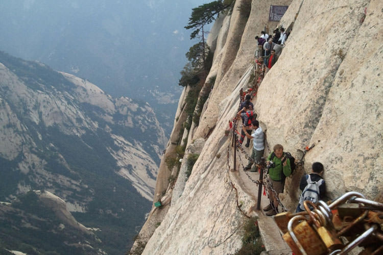 Mount-Huashan-Narrow-wooden-trail-above-the-abyss