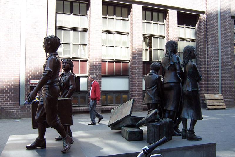 مجسمه ی یادمان انتقال کودکان