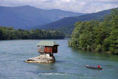 قصه کلبه ای در دل رودخانه درینای صربستان چیست؟