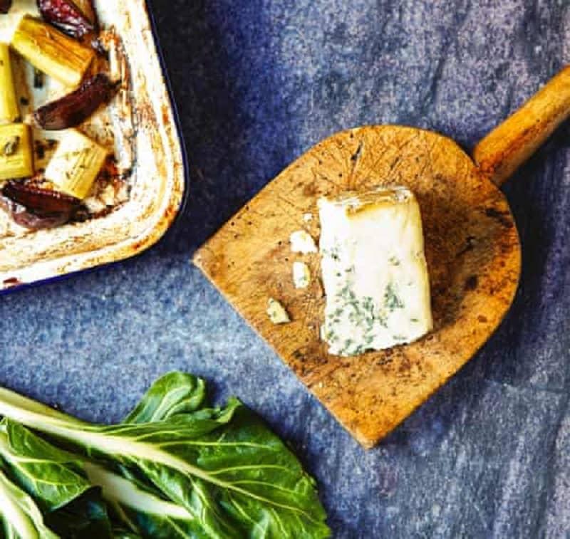 سالاد تره فرنگی و چغندر به همراه پنیر آبی